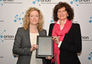 Kathryn Anthonisen presents Dr. Allison Crawford with the Innovation award.